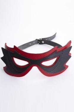 Кожаная маска черная с красной отделкой