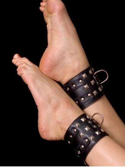 АКЦИЯ 30 %!!! Поножи с цепью широкие TOYFA, металлические пукли, натуральная кожа лакированная, черные, 8 см