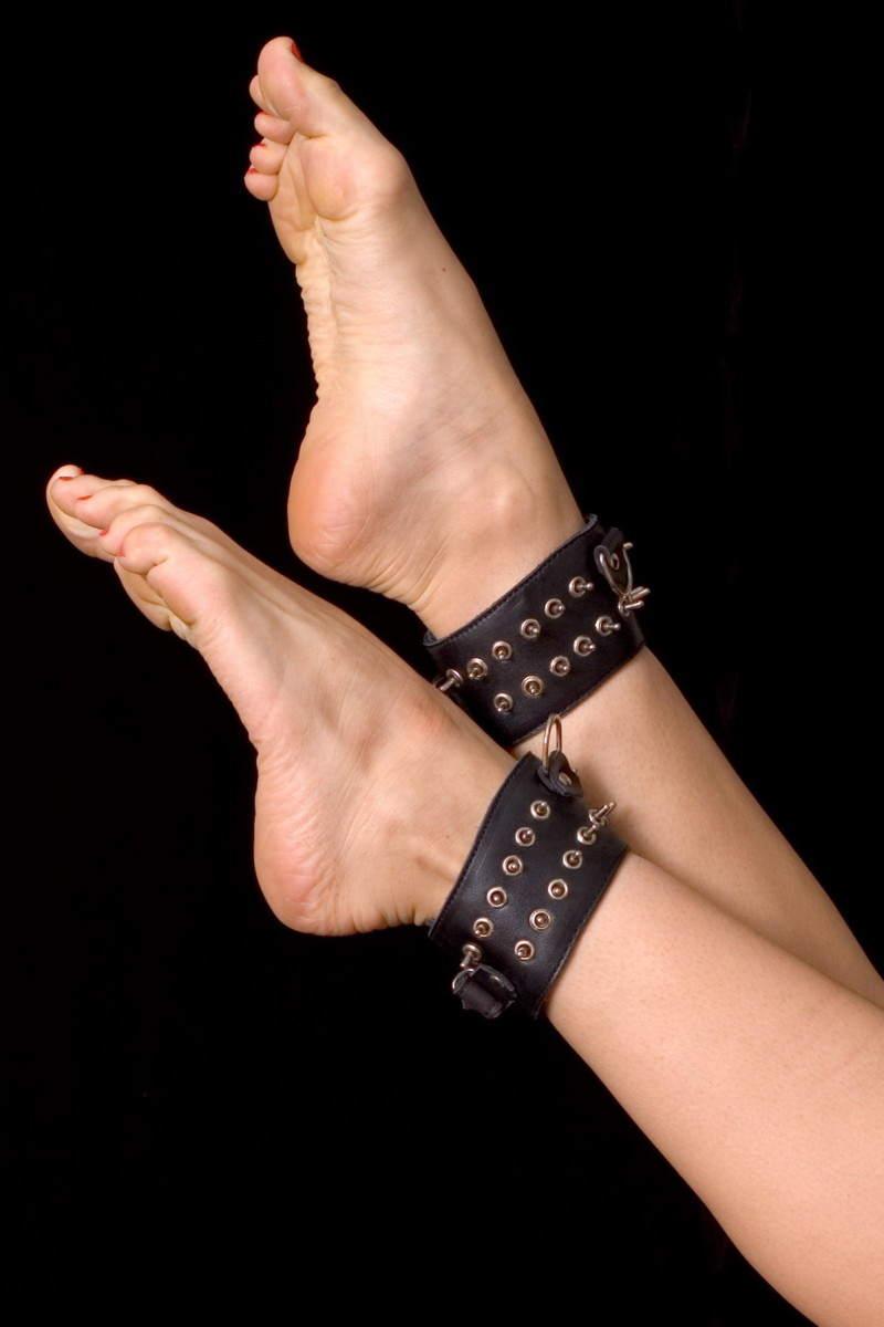 АКЦИЯ 30 %!! Поножи с цепью узкие TOYFA , заклепки-шипы, натуральная кожа лакированная, черные, 6 см