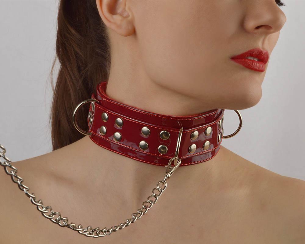 Бордовый лаковый ошейник с заклепками, цепочкой с петлей и карабином, меховая подкладка, эко-кожа