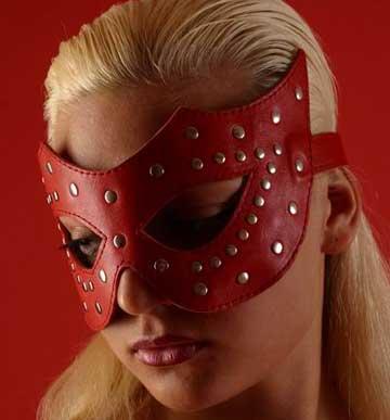 Очки-маска профурнитуренная заклепками,  красная. Натуральная кожа